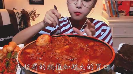 韩国美女直播吃鸡爪, 最抢眼是红红辣酱, 小姐姐