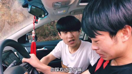 搞笑四川方言视频,笨贼被两个机智小伙套路走