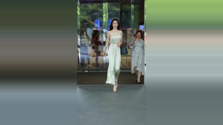 美女街拍:韩国网红潘南奎出街,后面的大妈都