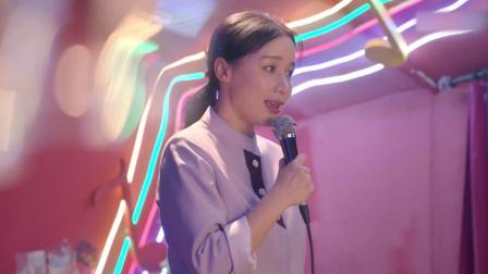 酒吧美女威胁经理涨价,不料女服务员上台开唱
