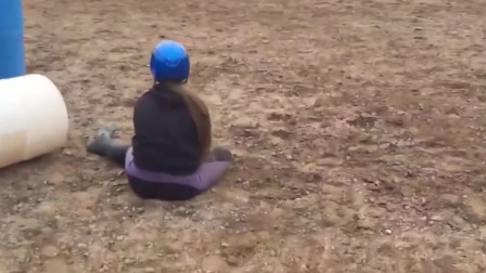 外国人搞笑视频,这位小姐姐是助跑不够吗,摔