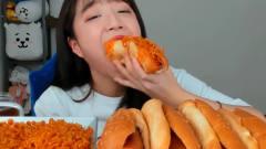 吃播韩国美女主播吃大热狗,满满一口塞不下,