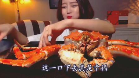 韩国美女吃一整只帝王蟹, 打开之后满满都是肉