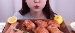 韩国主播就是牛,妹子大口吃三文鱼,这玩意真