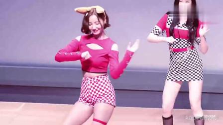 韩国美女, 台下粉丝疯狂尖叫, 但妍雨小姐姐淡定