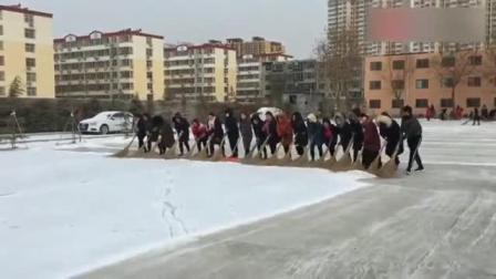 这是我们学校的扫雪大队没跟上的那个就是我们