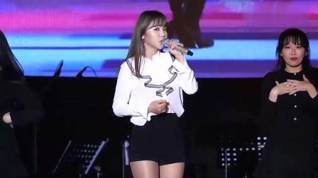韩国女歌手洪真英现场热舞,清纯可爱甜甜的笑