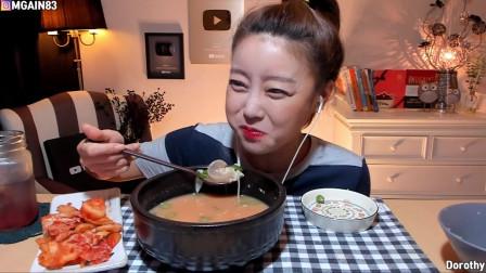 韩国美女吃播,牛头汤泡饭吃的真香,只是这颜