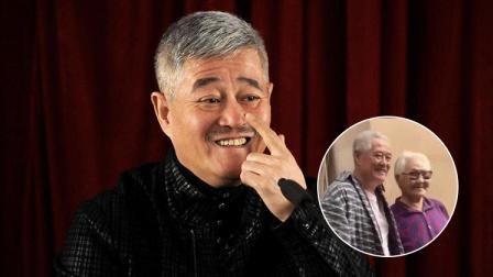 62岁赵本山头发全白 与**粉合影一脸慈祥