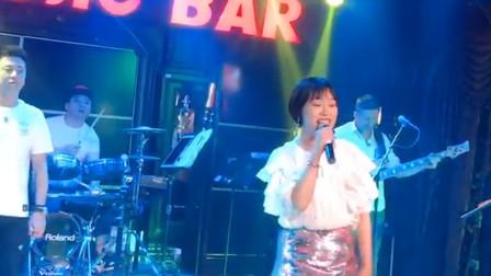 美女酒吧演唱一首《最浪漫的事》,唱响浓浓爱