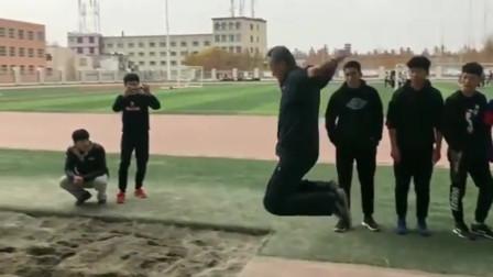 年近60岁的体育老师练跳远,大爷年轻的时候是个