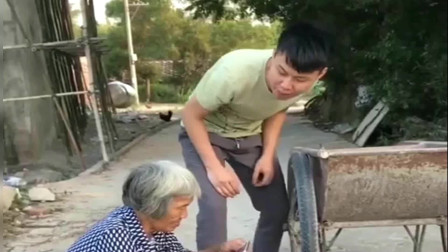 广西老表搞笑视频:老奶奶挡了小伙子的路,还