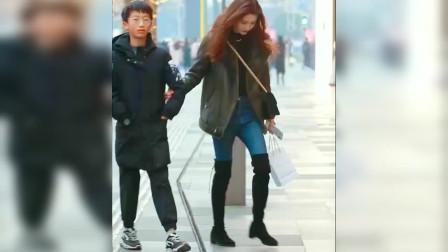 街拍:漂亮的姐姐带自己弟弟逛街来了!太美丽了!