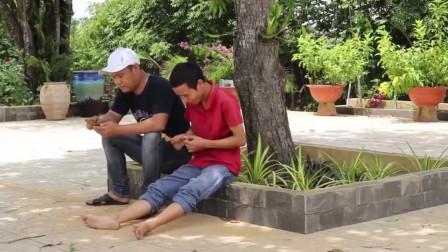 老外搞笑视频,朋友玩手机的时候,就不要坐在