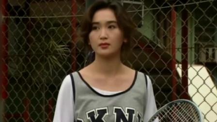 温碧霞换上白色的网球短裙,把一双美腿衬托的