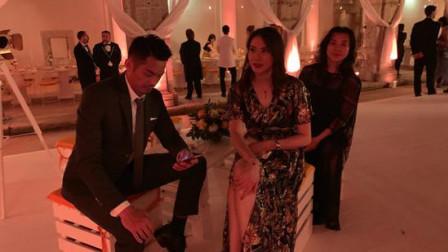 携妻参加活动林丹低头玩手机,谢杏芳盛装露美