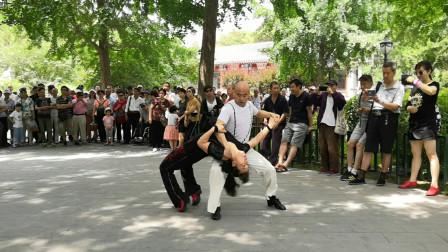光头老师和学员表演吉特巴,音乐欢快舞步时尚