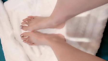 美女脚模的生活自拍:金色美甲效果,做完美甲