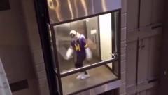 小哥哥你这电梯里跳舞以为没人看到吗?却忘记