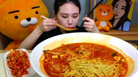 韩国美女大胃王吃超大一盘海鲜面