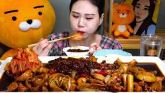 韩国美女大胃王吃超大盘宽粉煮年糕