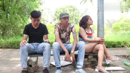 越南沙雕搞笑视频,沙雕装睡想借个肩膀靠靠,