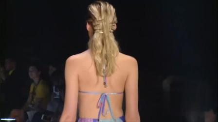纽约时装周泳装秀,这个背影有没有勾起你看下去的欲望!
