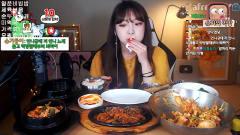 韩国清秀美女,吃拌饭豆腐汤搭配超级美味的烧