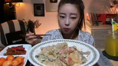 韩国美女挑战美味辣粉条子,大口大口塞,超满