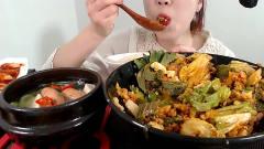 韩国女吃货,吃拌饭,配上火鸡面辣酱