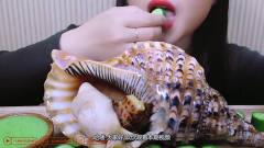 韩国美女姐姐吃海蜗牛, 肉很大一块, 蘸着酱吃,