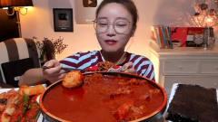 韩国美女大胃王吃青阳辣椒鸡爪汤,辣的冒火,