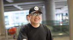 岳云鹏上影节获奖前现身机场 被记者预言会拿奖