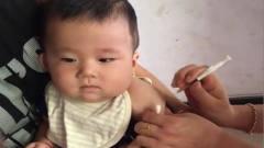 小宝宝打预防针:一针下去把宝宝吓得一哆嗦,