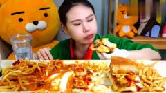 韩国美女吃播,大口大口吃汉堡配上薯条,好过