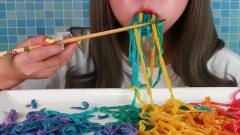 看看韩国美女吃的五彩面条怎么样?