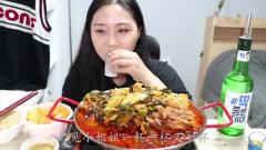 韩国美女重口味吃播,一碗土豆汤加四瓶清酒,