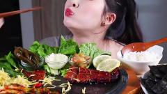 吃播:韩国美女大胃王直播吃酥烤海鳗鱼,配上