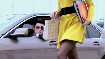 美女走路姿势贼妖艳,黄色短裙配上黑色高跟鞋
