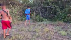 猎奇:农村男孩在地里刨坑,抓到几条大毒蛇