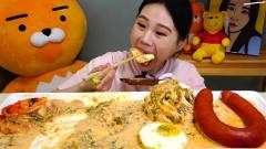 韩国美女大胃王,吃荷包蛋拌面,配上火腿肠,