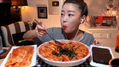 韩国美女挑战吃超辣拌饭,一次一大口,看饿了