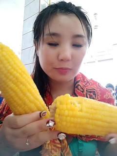 美女主播在泰国吃泰国的玉米,不知道味道是不