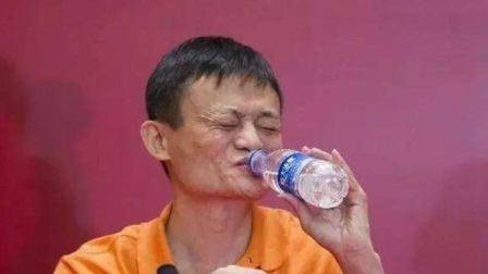 马云正在台上演讲,短裙美女中途给他送水,首