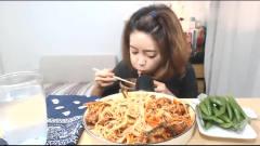 韩国吃播大胃王美女吃中国凉拌米粉,听声音就