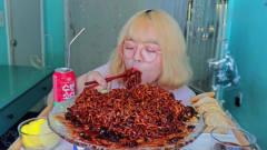美女吃播大胃王,韩国黑豆炸酱面,一吸就吸一
