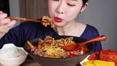 韩国美女吃播秀,一碗海鲜面吃的真是香