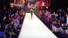 台秀服装大秀,美女台秀上高跟鞋美腿展现上海
