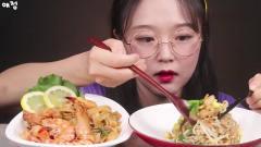 吃播:韩国美女吃货,直播吃海鲜炒饭加炒火鸡