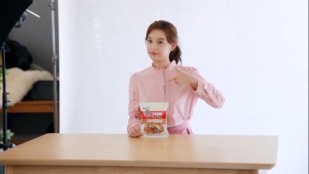 日韩美女,小姐姐给泡面代言拍广告,看到这么